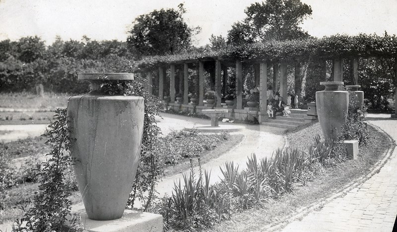 Historic_image_of_Formal_Garden_in_Humboldt_Park-_Pergola_teco_ware_and_beds